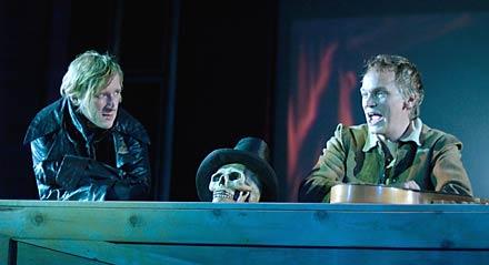 Jens Albinus som Hamlet, Kristian Halken som Graveren i HAMLET på Kronborg Slot 2003.