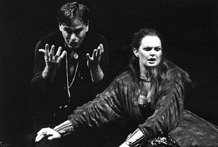 """Det Kongelige Teater 1982 """"Hamlet"""". Ghita Nørby og Søren Spanning"""